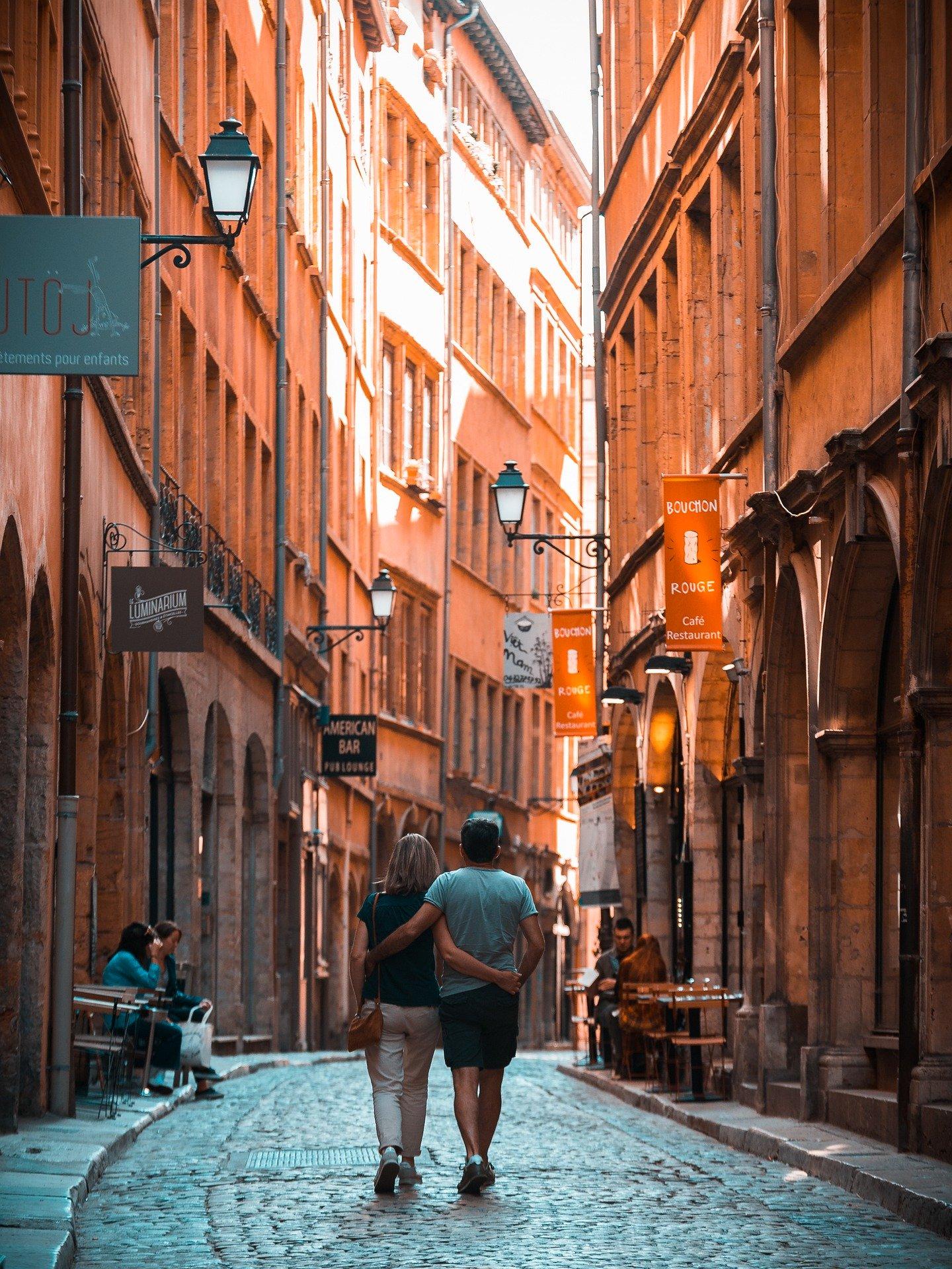 couple marchant dans les rues de Lyon